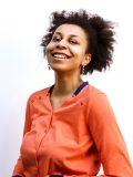 Photo de 3/4 de la version tee-shirt du vêtement spécial chimio à personnaliser pour femme